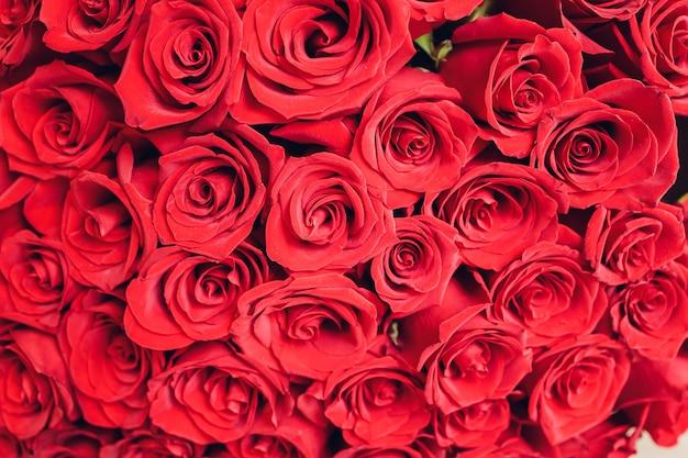 Букет из розовых роз. крупный план, вид сверху.
