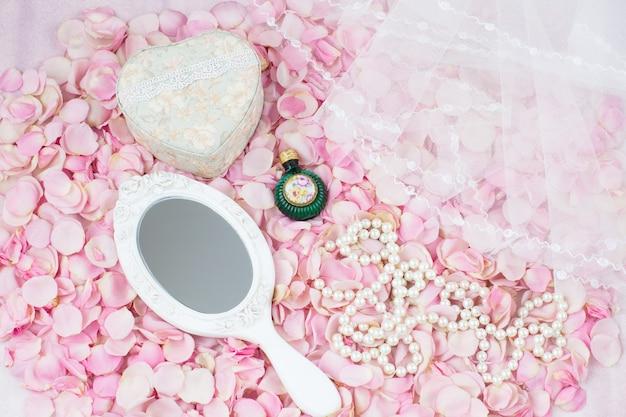 ハート、2つのシャンパングラス、ウェディングカード、ベールの形をしたピンクのバラの花束
