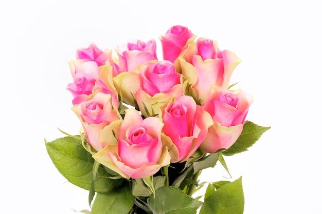 白で隔離のピンクのバラの花束