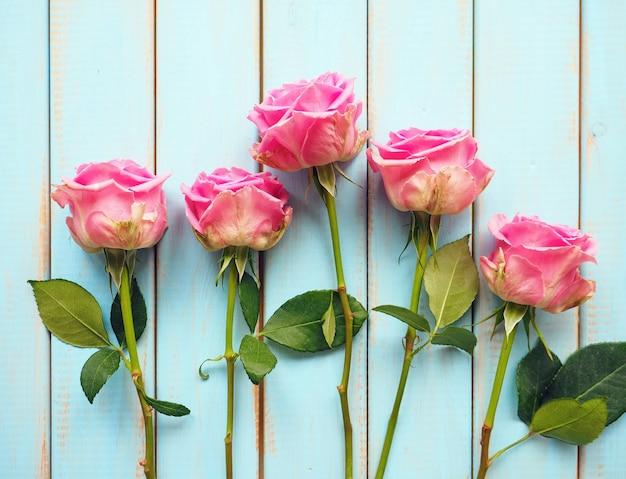 파란 나무 바탕에 핑크 장미 꽃다발