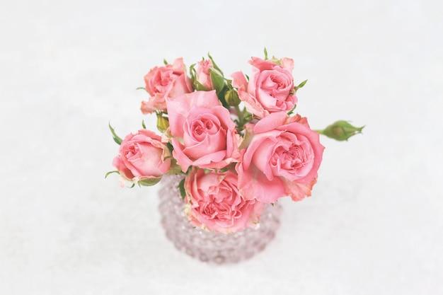 Букет из розовых роз на сером