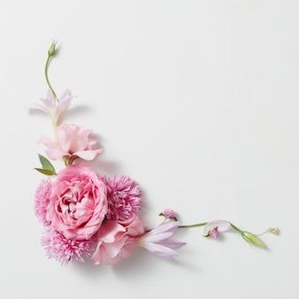 白い表面にピンクのバラの花束