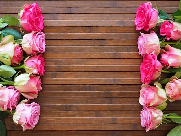 나무 바탕에 핑크 장미 꽃다발