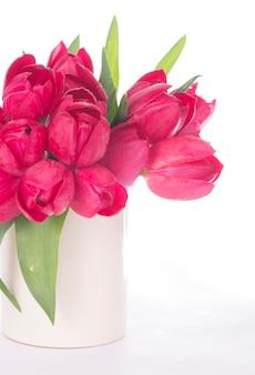 明るい背景にピンクのチューリップの花束。ホリデーカード。