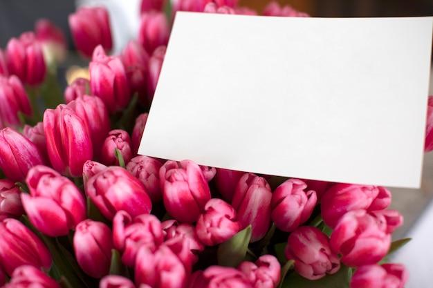 Букет из розовых тюльпанов с запиской. открытка к женскому дню.