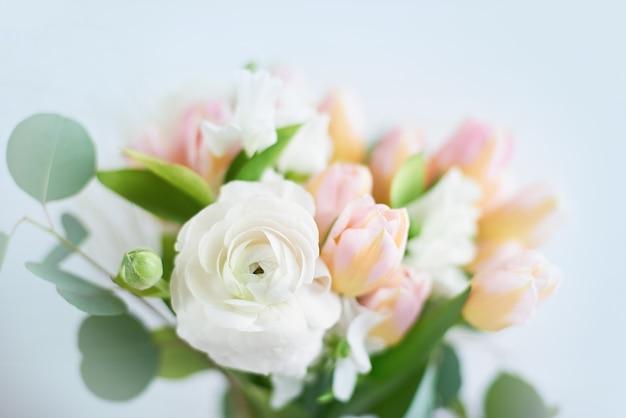 Букет из лютиков разных оттенков. красивый цветущий цветок.