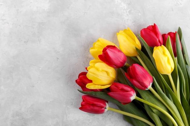 Букет из красных и желтых тюльпанов