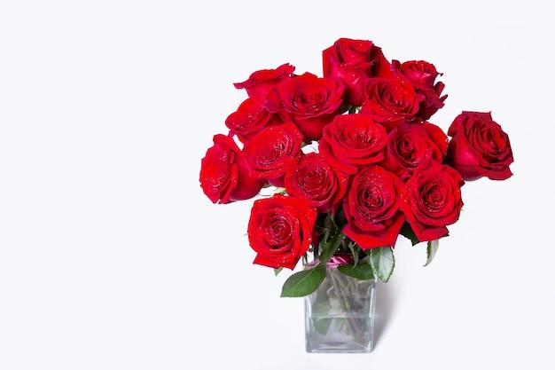 白い背景の上の赤い(バーガンディ)バラの花束。テキストの場所。閉じる。