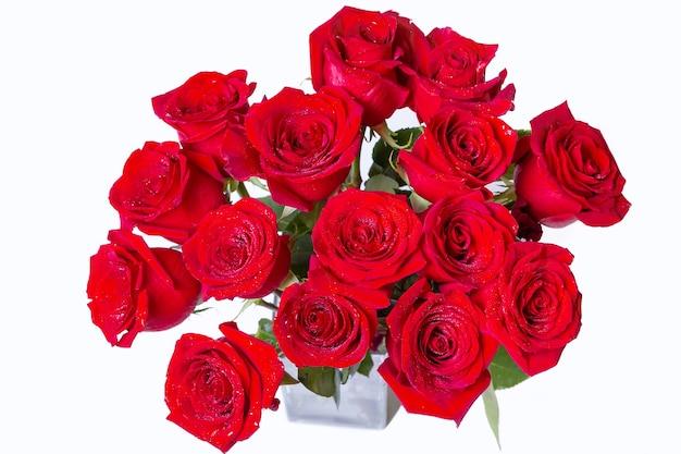 흰색 바탕에 빨간색 (부르고뉴) 장미 꽃다발. 물방울. 확대.