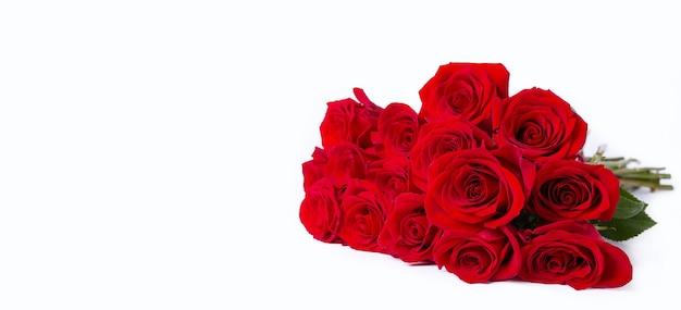孤立した白い表面に赤い(バーガンディ)バラの花束。