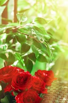花のホリデーギフトとして赤いバラの花束家の装飾として美しい新鮮な庭の花