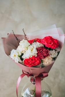 빨간 장미 꽃다발, 부르고뉴 및 흰색 카네이션, 흰색 eustomas
