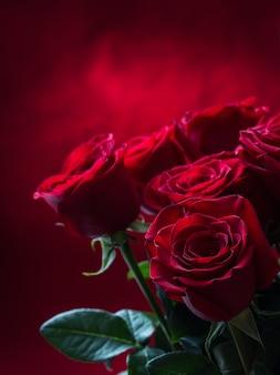 Букет из красных роз перед красным фоном валентина.
