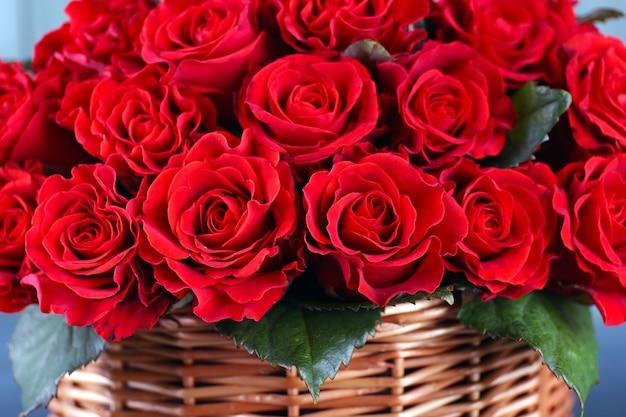 バスケットの赤いバラの花束をクローズアップ