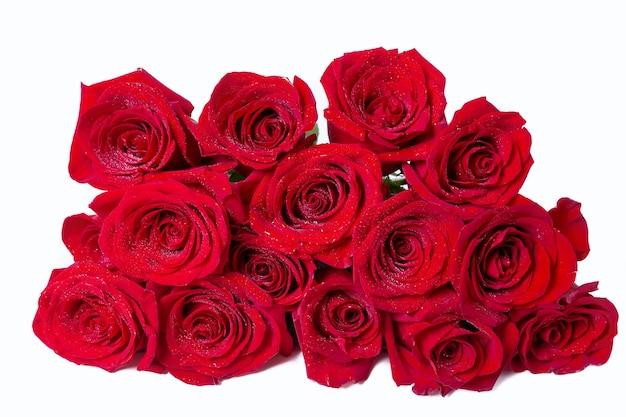 白い表面に赤いバラの花束