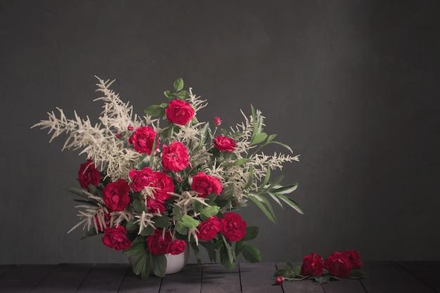 Букет из красных роз на фоне черной стене