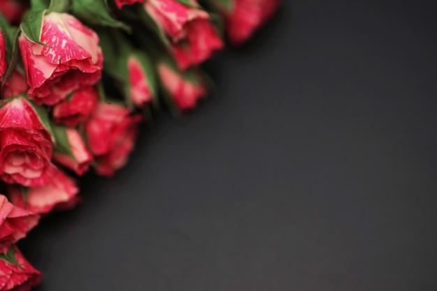 Букет из красных роз на черном матовом фоне