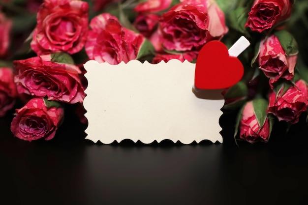 Букет красных роз на черном матовом фоне