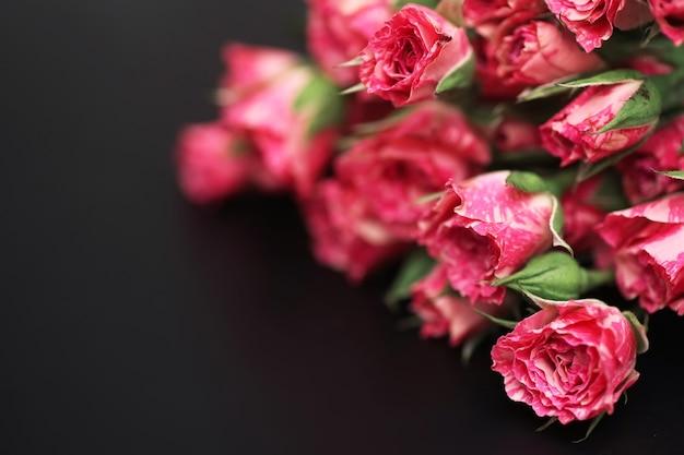 검은 매트 배경에 빨간 장미 꽃다발
