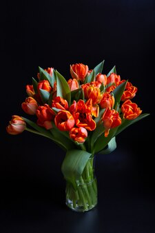검은 색 표면에 빨간색 노란색 튤립 꽃다발