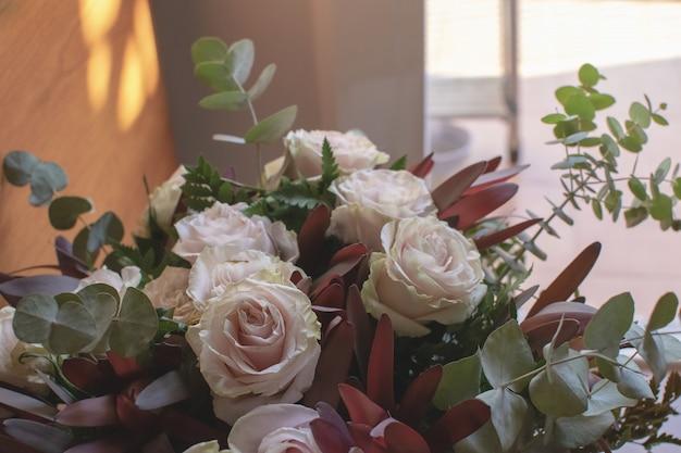 Букет из роз и эвкалипта Premium Фотографии
