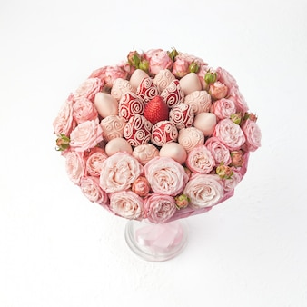 Букет из роз и клубники в розовом шоколаде