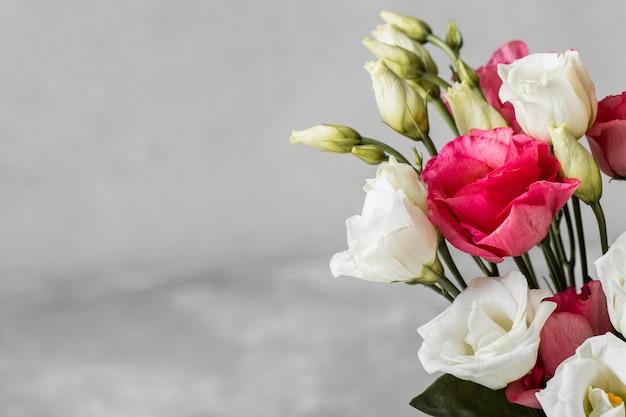 コピースペースとバラの花束のクローズアップ