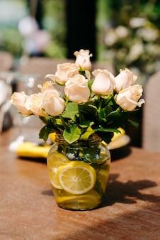 花瓶のバラの花束