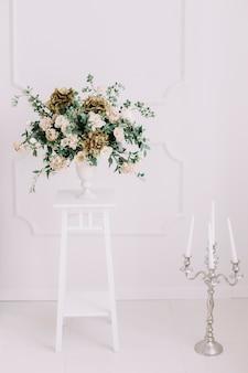 Букет роз в белом интерьере на белой стене свадебных деталей