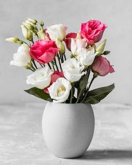흰색 꽃병에 장미 꽃다발