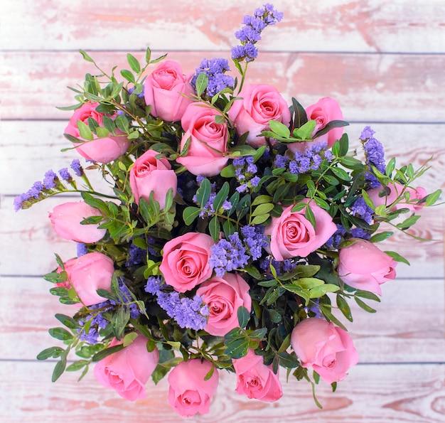 テーブルトップビューのバラの花束。