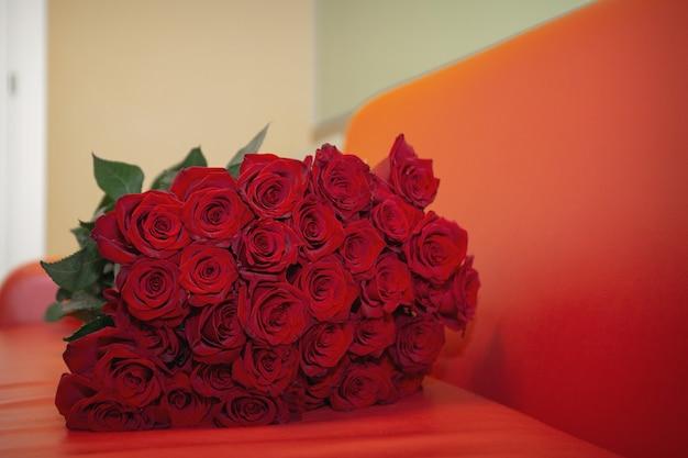 장미 꽃다발입니다. 배경으로 붉은 꽃