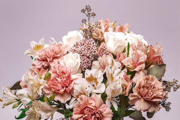 분홍색 포장지에 부드러운 분홍색 꽃의 꽃다발.
