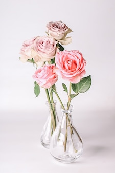 Букет из нежно-розовых роз. романтический пастельный фон. букет пастельных цветочных карт.