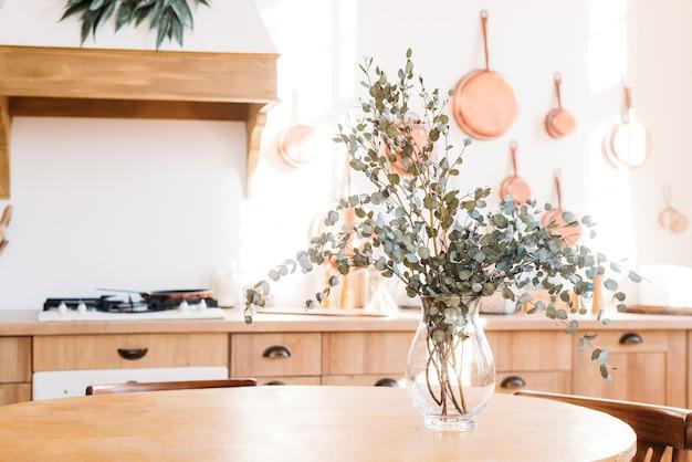 台所のテーブルの上の花瓶に春のドライフラワーの花束。軽いスカンジナビアスタイル。