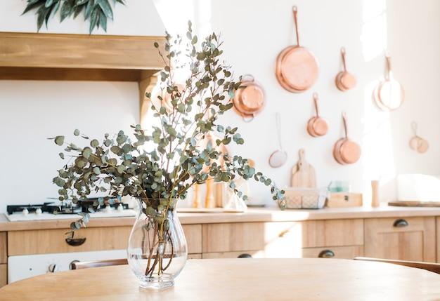 台所のテーブルの上の花瓶に春のドライフラワーの花束。