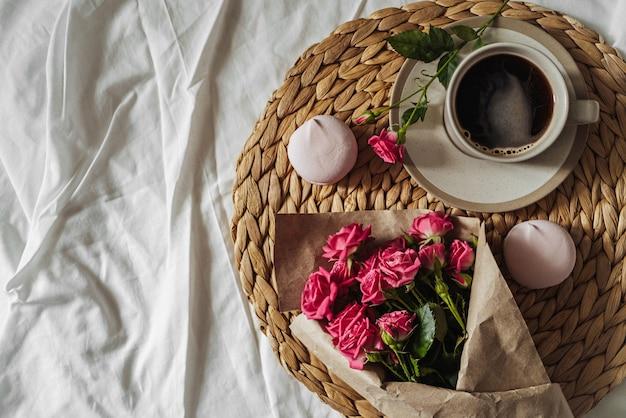 Букет весенних цветов и чашка кофе на соломе