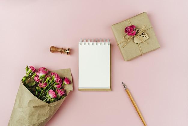 Букет весенних цветов на трендовой розовой бумаге