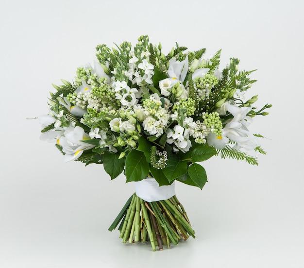 Букет весенних цветов на белом фоне