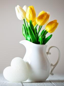 Букет из весенних тюльпанов на яркой стене