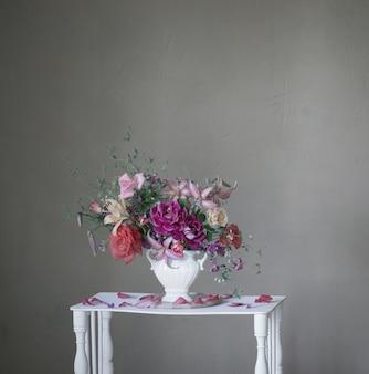 빈티지 화이트 나무 선반에 꽃병에 여름 꽃의 꽃다발