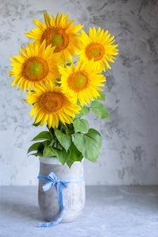 花瓶にヒマワリの花束