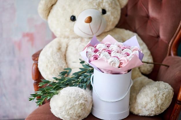 甘いケーキの花束。美しいパッケージのギフト。