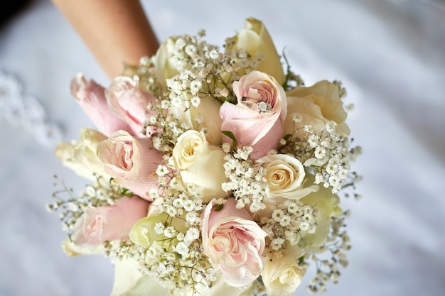 다이아몬드 반지가 달린 아름다운 분홍색과 흰색 웨딩 장미 꽃다발