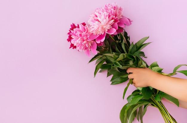 Букет тюльпанов в руке на белом фоне