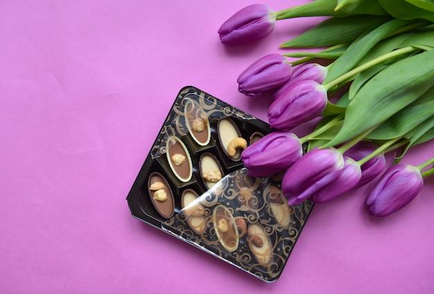 Букет из тюльпанов и коробочка из сладкого шоколада