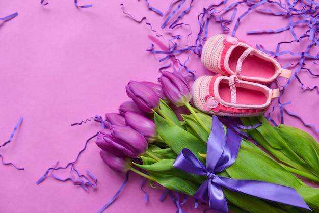 Букет из тюльпанов и детской обуви для девочек