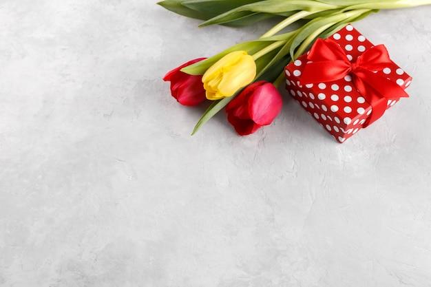 Букет из тюльпанов и подарочная коробка