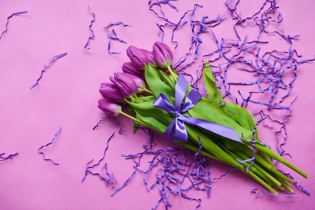 Букет из тюльпанов на день матери, с фиолетовой ленточкой