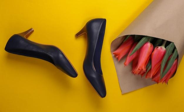 チューリップの花束、黄色のハイヒール